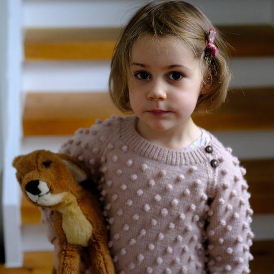 Mädchen in Shirley Bredal Pullover im Popcorn knit