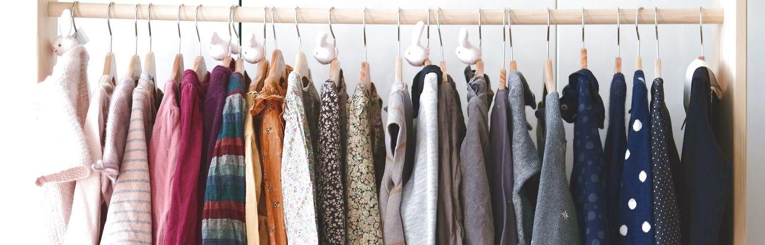 Designer-Secondhand-Kleidung auf Stange