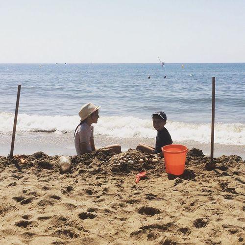 Junge und Mädchen am Strand