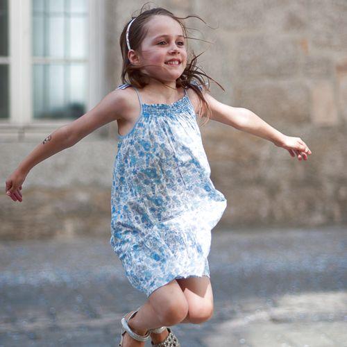 Mädchen in Liberty-Kleid von Jacadi