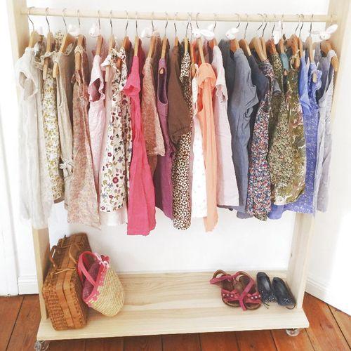 Kleiderstange mit Liberty-Kleidern