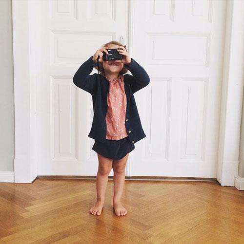 Kleinkind mit Kamera